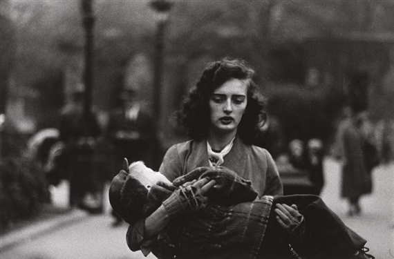 diane-arbus-woman-carrying-a-child-in-central-park