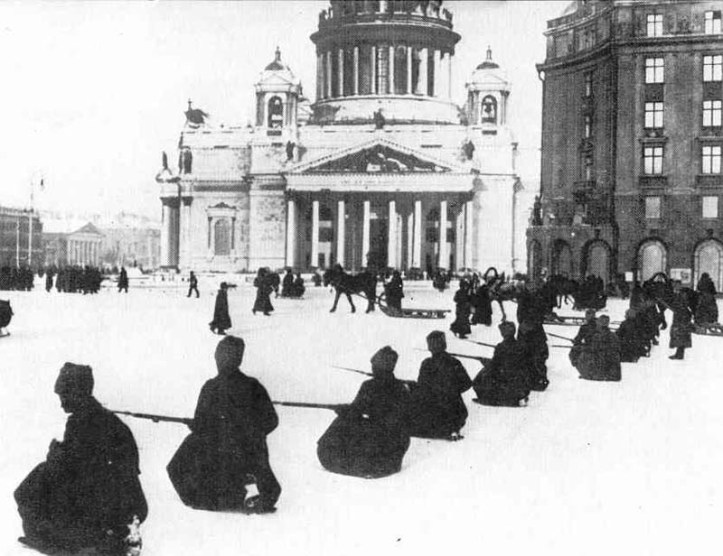 russian-revolution-soldiers-kneel