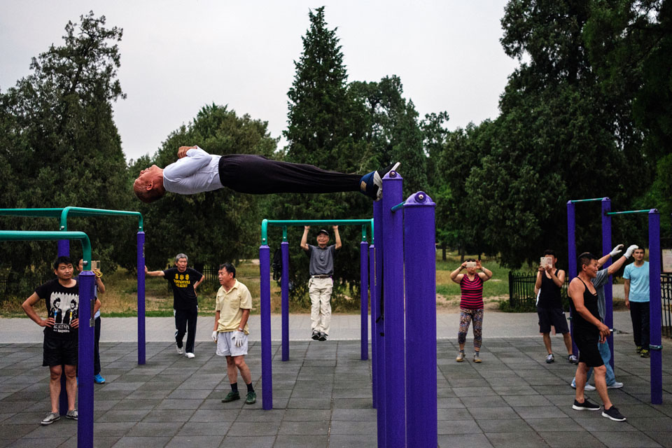 street_photography_maciej_dakowicz_china_beijing_park_people_fitness_activity_sport_pastime_outdoor_gym